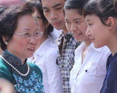Sinh viên nghèo xúc động nhận quà từ Phó Chủ tịch nước