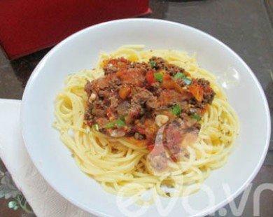 Mỳ Ý sốt thịt bò và ớt chuông