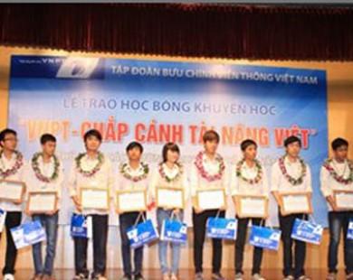 Trao học bổng cho 10 thủ khoa đại học xuất sắc tại Hà Nội