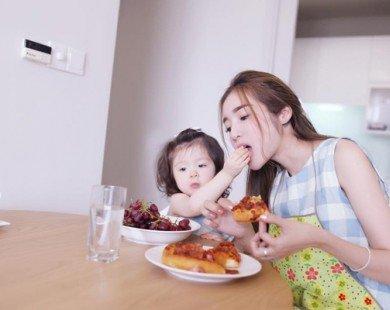 Mẹ con Elly Trần luôn hút like khi lên hình