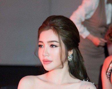Elly Trần tự tin khoe vòng một 'tròn đầy' với đầm dạ hội màu khói