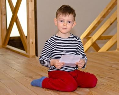 Cha mẹ cần sửa ngay kiểu ngồi gây hại này của trẻ