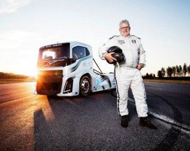 """Xe tải """"Hiệp sĩ sắt"""" Volvo nhanh như Porsche 911"""