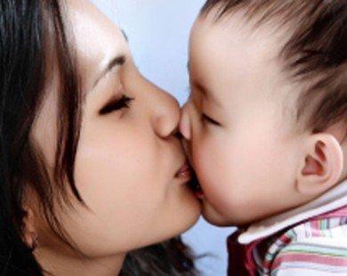 Nguy cơ lây bệnh có thể xảy ra khi hôn môi trẻ