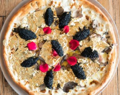 """Nhà giàu """"đốt tiền"""" với món pizza dát vàng giá 2.000 USD"""