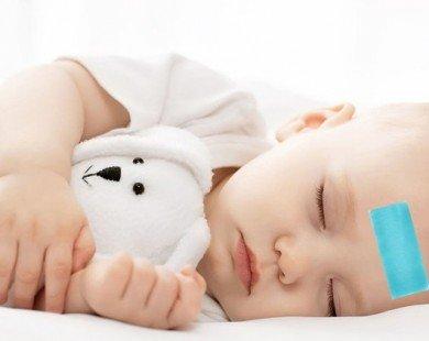 Trẻ sốt nên sử dụng cao dán hay uống thuốc?