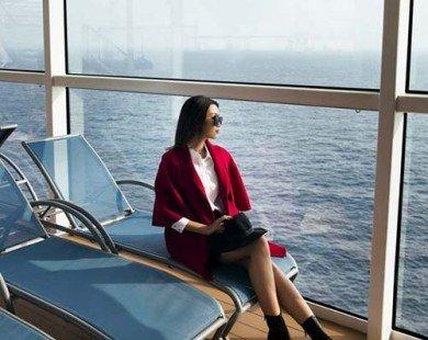 Hoa hậu Mỹ Linh, á hậu Thùy Dung khoe chân dài bên du thuyền triệu đô