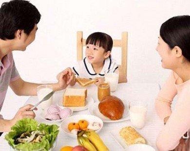 Muốn con thành đạt, mẹ nhất định phải sớm dạy con phép lịch sự trong bữa ăn