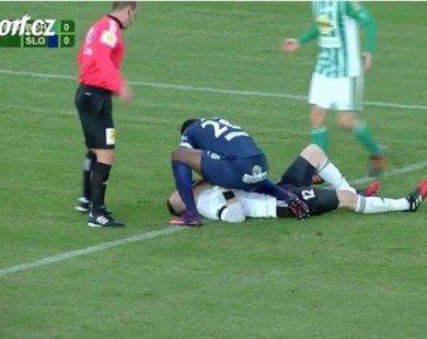 Tiền đạo cứu thủ môn đối phương thoát chết trên sân bóng