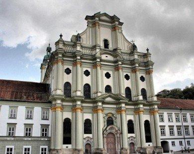 Bộ xương đính đầy vàng bạc châu báu trong nhà thờ Đức