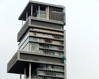 Gia đình 5 người sống trong tòa nhà có 600 người phục vụ
