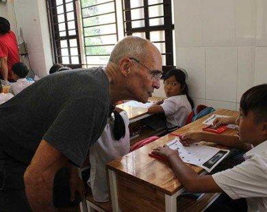 Ông Tây dạy tiếng Anh cho trẻ nghèo và sở thích đặc biệt