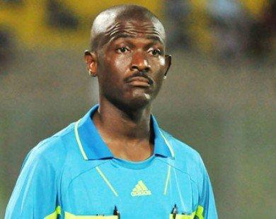 Thổi penalty tưởng tượng, trọng tài bị FIFA treo giò suốt đời