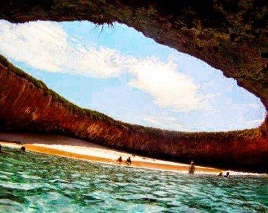 Bãi biển đẹp như mơ ẩn mình trong hang động giữa biển