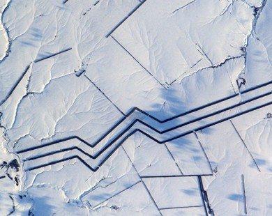 Họa tiết bí ẩn dài dằng dặc trên cánh đồng tuyết ở Nga
