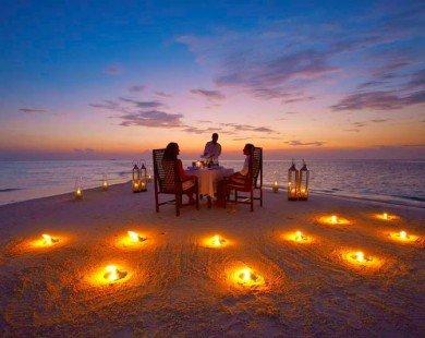 Du khách thích thú trải nghiệm xem phim trên bãi biển ở Maldives