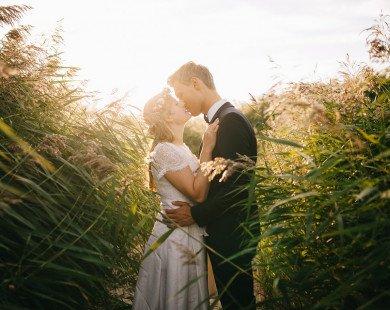 Quyết định ly hôn, hai vợ chồng lấy sổ tiết kiệm chung ra và khóc nức nở