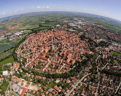 """Thị trấn kỳ lạ được """"dát"""" bằng 72.000 tấn bụi kim cương"""