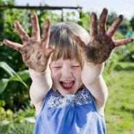 Muốn trẻ có hệ miễn dịch khỏe mạnh, đừng sợ con bẩn!