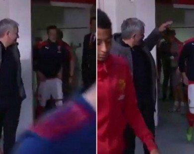 Mourinho bất ngờ chờ đón Oezil ở đường hầm
