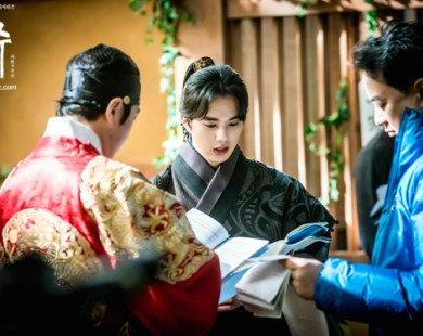 Loạt ảnh hậu trường dễ thương của mỹ nam Yoo Seung Ho trong Mặt nạ quân chủ
