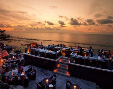 Tới quán bar bên bờ biển tốt nhất thế giới ở Indonesia