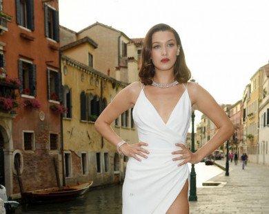 Bella Hadid 'nghiện' váy xẻ khoe chân dài