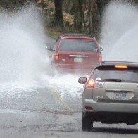 Kinh nghiệm vàng lái xe trong thời tiết mưa bão