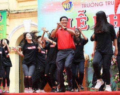 Hiệu trưởng nhảy cùng học sinh trong lễ khai giảng