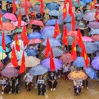 Học sinh vùng lũ Mù Cang Chải đội mưa đón khai giảng