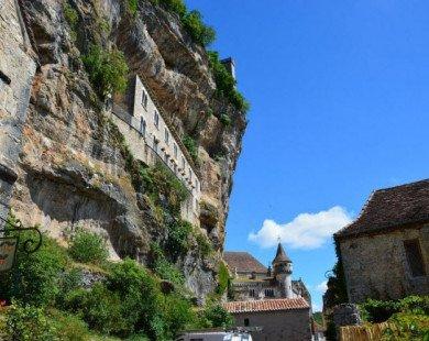 Vẻ đẹp ngoạn mục của ngôi làng cổ nằm cheo leo trên vách núi đá