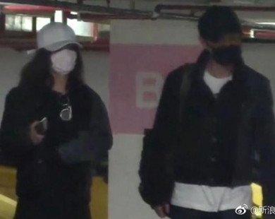Hết đi khách sạn, Triệu Lệ Dĩnh lại bị bắt gặp thập thò lấm lét sau khi qua đêm tại nhà Phùng Thiệu Phong