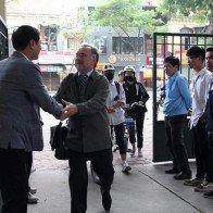 Thầy hiệu trưởng đứng chào học sinh mỗi ngày