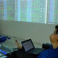 """""""Sập"""" sàn chứng khoán TP.HCM: Thiệt hại lớn cho nền kinh tế"""