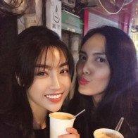 Miss Myanmar World 2017 ngồi xích lô, ăn kem trên phố đi bộ cùng Hoa hậu Đỗ Mỹ Linh