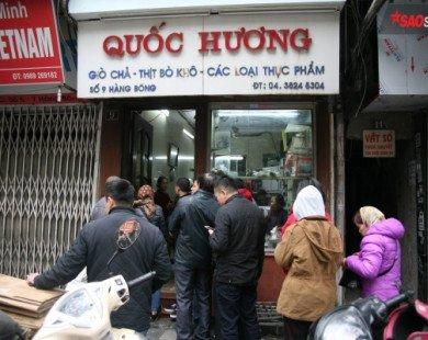 28 Tết, người Hà Nội vẫn xếp hàng dài để mua bánh chưng, giò chả tại cửa hàng này!