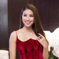 Phạm Hương diện váy xẻ cao vút khoe chân dài miên man sau khi trở về từ Indonesia