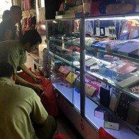 Hàng hiệu 'giả' tràn lan trong chợ Bến Thành