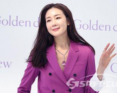 Lần đầu xuất hiện sau đám cưới, Choi Ji Woo rạng ngời xinh đẹp ngại ngùng