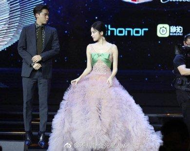 So kè chiều cao với Cổ Lực Na Trát ngay trên sân khấu, Lý Dịch Phong bất ngờ gây bão mạng