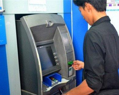 """Lần thứ 2 NHNN yêu cầu 4 """"ông lớn"""" dừng tăng phí rút tiền nội mạng ATM"""