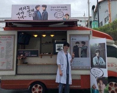 """Ủng hộ """"Thần Chết"""" Lee Dong Wook, Gong Yoo tặng quà đúng phong cách """"Yêu Tinh"""" khiến fan cười bò"""