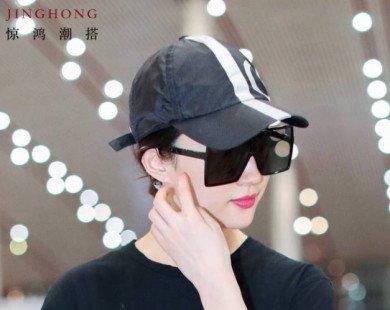Xuất hiện ở sân bay, Lưu Diệc Phi lại đốn tim fan vì đẹp rạng rỡ tựa thần tiên