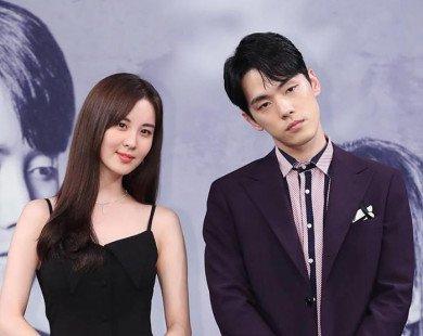 """Khổ nào hơn cho hết, họp báo phim mới Seohyun bị nam bạn diễn """"lạnh lùng"""" hắt hủi làm MXH dậy sóng"""