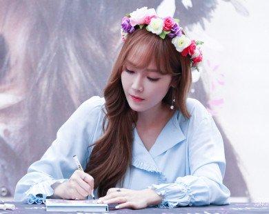 Xinh đẹp ngọt ngào trong buổi ký tặng fan, Jessica nhận được nhiều lời khen ngợi bởi sự vui vẻ, thân thiện của mình.