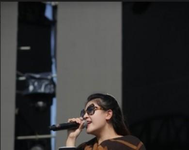 Tố Ny cùng dàn ca sĩ hăng say tổng duyệt dưới trời nắng gắt trước giờ G