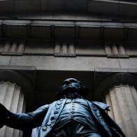 Fed thận trọng nâng lãi suất, chứng khoán Mỹ tăng điểm