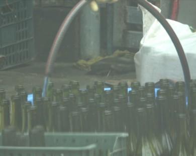 Cận cảnh kỹ nghệ sản xuất rượu vang siêu tốc, giá chỉ ngang nước lọc