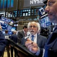 Triển vọng thương mại xấu đi, Dow Jones mất hơn 300 điểm