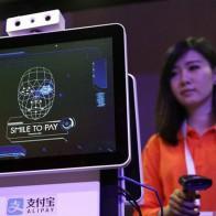 Ở Trung Quốc, dùng smartphone quét mã QR đã trở thành